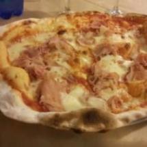 Pizza cotta in forno a legna